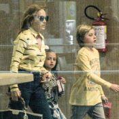 Recuperado de acidente, Benício é clicado com Angélica e irmã em cinema. Fotos!
