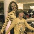 Angélica esbanja simpatia ao ser clicada com os filhos em passeio no shopping