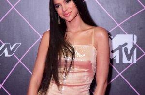 Cabelo ultralongo e vestido Versace: o look de Bruna Marquezine em prêmio