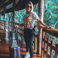 Andressa Suita combinou calça jeans e blusa inspirada na logomania para viajar com muito estilo.