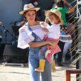Olha o jeans: Sophie Charlotte escolheu jardineira denim e ciganinha para aproveitar as comemorações juninas com o filho, Otto.