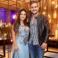 Vestido jeans foi a aposta de Simone para ir a evento com o marido Kaká Diniz.