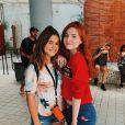 Maisa Silva posou com amiga com look bem despojado: short jeans e t-shirt.