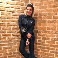 Giovanna Antonelli é fã de jeans e aposta no conjuntinho de calça e jaqueta de mesmo tom