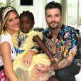Bruno Gagliasso mostrou uma foto da família no avião: 'Felicidade que não cabe em uma foto e cruza o oceano'