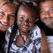 Em família! Gio Ewbank e Gagliasso embarcam com Títi para África: 'Especial'
