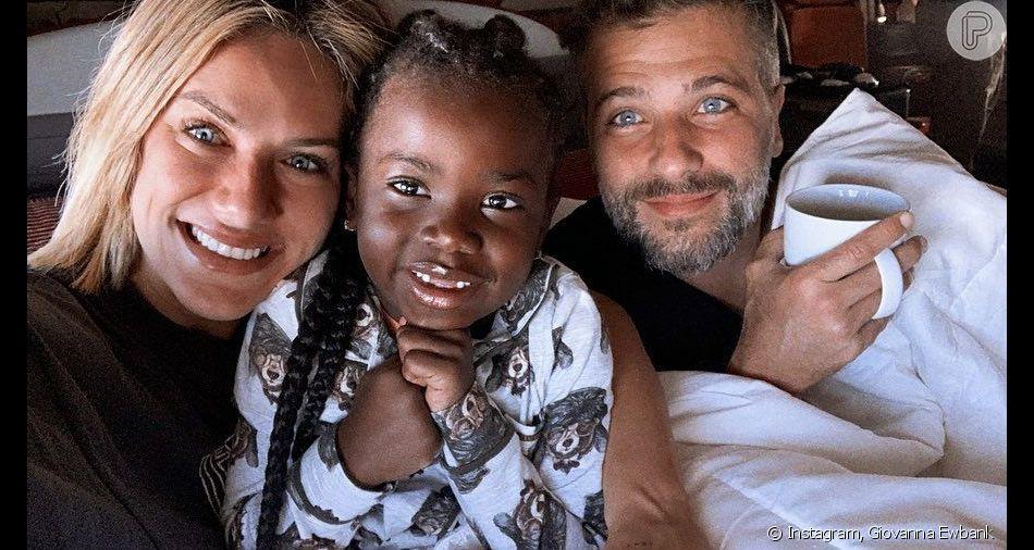 Giovanna Ewbank compartilhou foto com a filha, Títi, e o marido, Bruno Gagliasso em avião nesta sexta-feira, dia 05 de julho de 2019