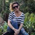 Giovanna Antonelli combina blusa listrada e calça destroyed em evento