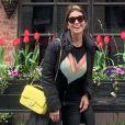 Giovanna Antonelli aposta em look total black e 'quebra' com bolsa da marca Chanelamarela