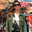 Giovanna Antonelli combina tendência do militarismo em jaqueta com pochete