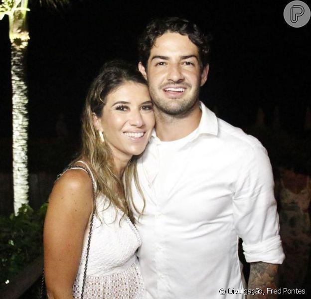 Rebeca Abravanel e o marido, Alexandre Pato, foram à igreja prestigiar o aniversário da irmã da apresentadora Daniela Beyruti