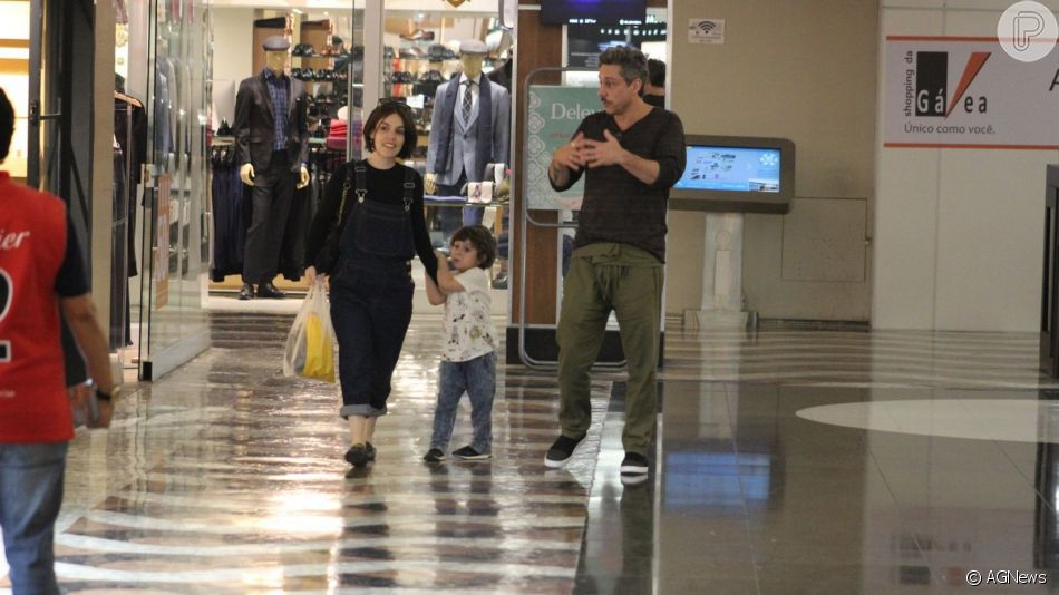 Alexandre Nero e Karen Brusttolin levaram o pequeno Noá, de 3 anos, para passeio em shopping do Rio