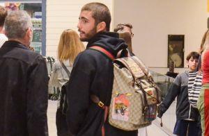 Pedro Scooby esbanja estilo com mochila de patch grifada em shopping. Fotos!