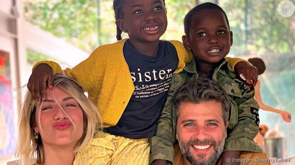 Bruno Gagliasso e Giovanna Ewbank postaram a primeira foto com o filho, Bless, de 4 anos: 'Família feliz. Bless chegou em casa'