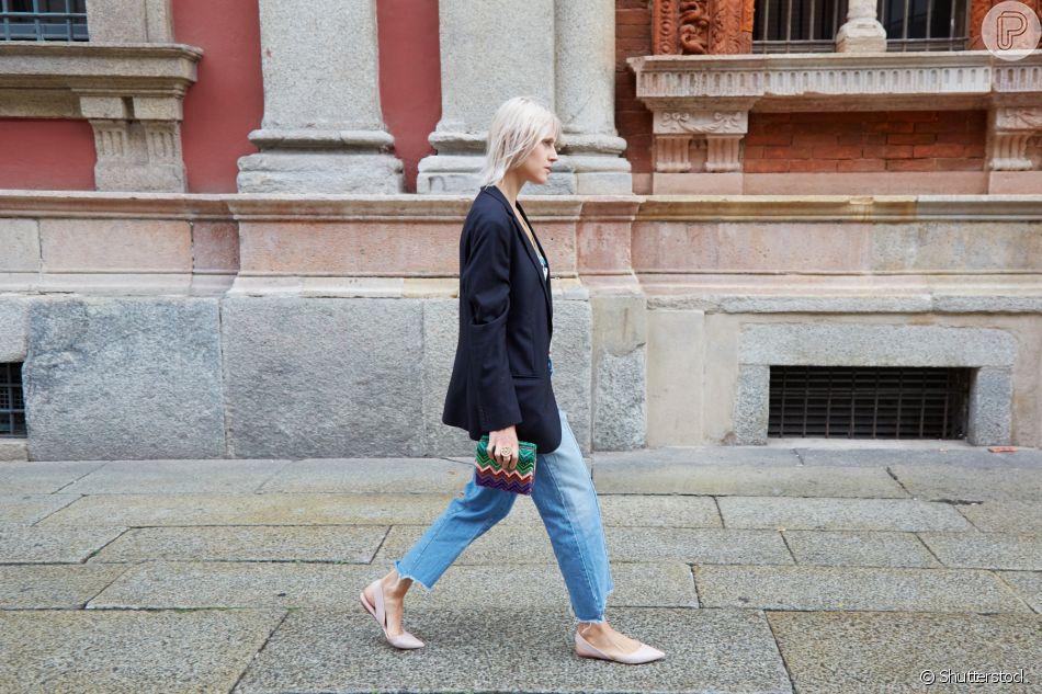 Mom jeans no trabalho: como combinar a peça para os looks de escritório