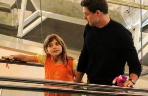 Amor de pai: Cauã Reymond paparica filha no colo em passeio no shopping. Fotos!