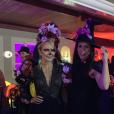 Eliana posa ao lado de uma das convidadas da festa de Arthur