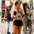 Irmã de Neymar, Rafaella Santos deixa pernas torneadas à mostra em look com minissaia