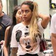 Rafaella Santos vai às compras com amigos no Rio de Janeiro