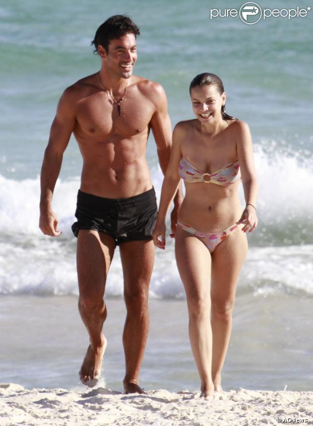 Solteira há um mês, Milena Toscano aproveitou o dia de sol na praia, acompanhada do ator americano  Jeremy Jonathan Zendwick. Os dois foram vistos na praia da Barra da Tijuca, zona oeste do Rio, nesta quarta-feira, 20 de fevereiro de 2013