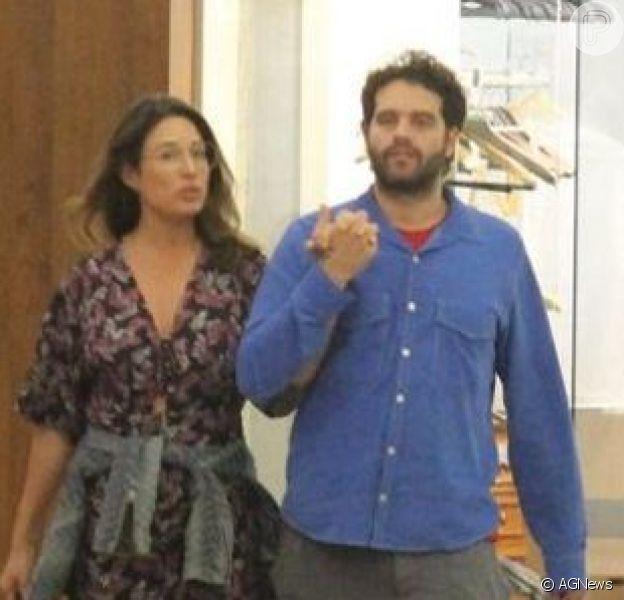 Giselle Itié e Guilherme Winter foram clicados em passeio por shopping após comemorarem os 40 anos do ator