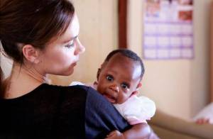 Victoria Beckham realiza sua primeira missão pela ONU, na África do Sul