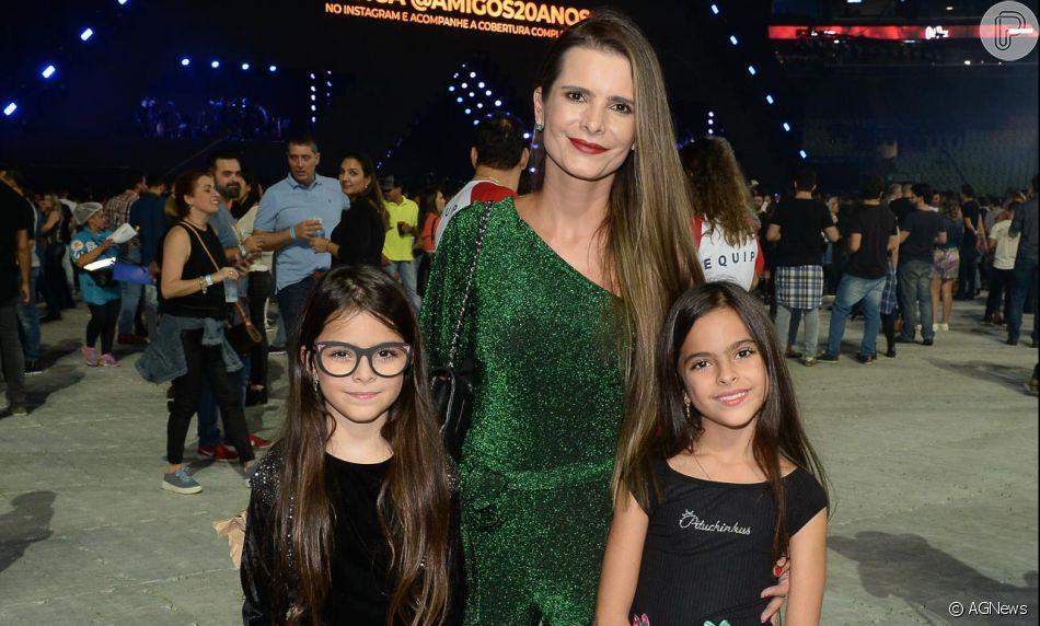 Gêmeas de Luciano Camargo, Helena e Isabella, esbanjam estilo em show sertanejo