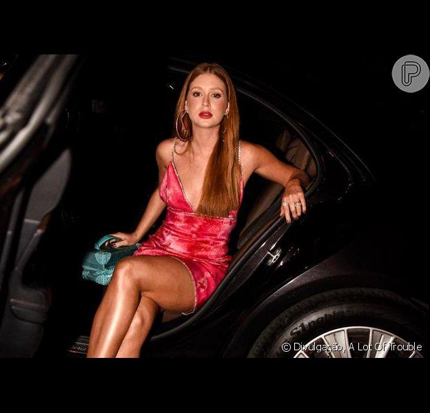 Marina Ruy Barbosa elege slip dress com cristais para evento em Nova York