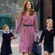 Kate Middleton gosta de usar vestidos florais com botão que é trend da Primavera-Verão