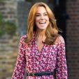 Kate Middleton costuma usar vestidos florais com cintos para finar a cintura