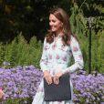 Kate Middleton usa avestido floral midi com tons pastéis que é trend da Primavera-Verão