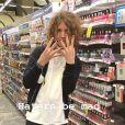 Lucas Jagger apareceu com as unhas pintadas ao testar esmaltes em uma loja