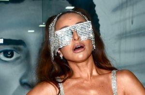 Franja e brilho: Sabrina Sato arrasa com look prateado para evento de carnaval