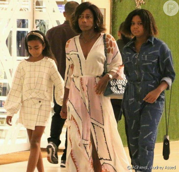 Gloria Maria passeou com as filhas Laura e Maria por um shopping do Rio de Janeiro neste sábado, 14 de setembro de 2019