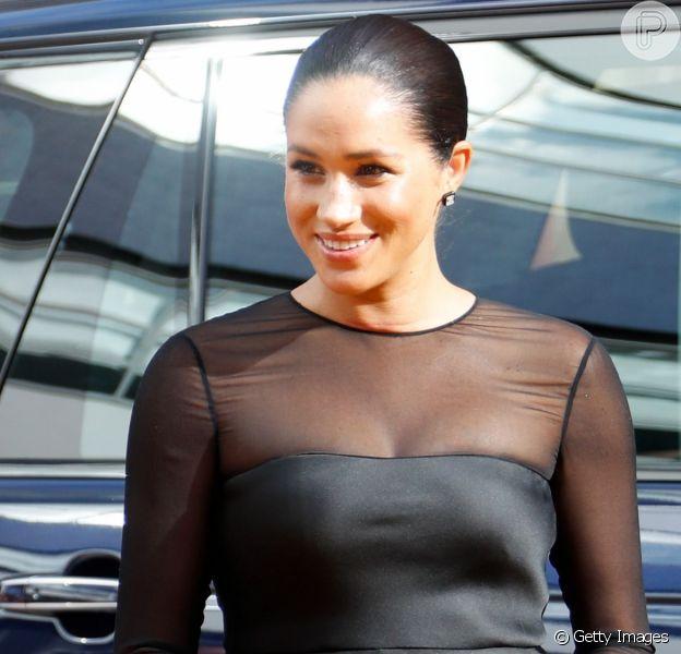 Meghan Markle usou vestido preto em casamento de amiga e está no centro de uma polêmica fashion. Saiba mais em matéria deste domingo, dia 22 de setembro de 2019