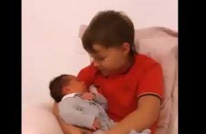Carol Dantas mostra Davi Lucca ajudando a cuidar do irmão recém-nascido: 'Folga'