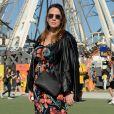 O mix de floral com jaqueta de couro deixou o look do Rock in Rio mais fashion