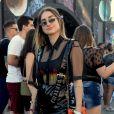 Pelo street style do Rock in Rio: no clássico look com pegada rocker, a bolsa colorida apareceu para dar um ponto de cor