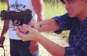 Thammy Miranda, a Jô de 'Salve Jorge', posa treinando tiro para cenas da novela