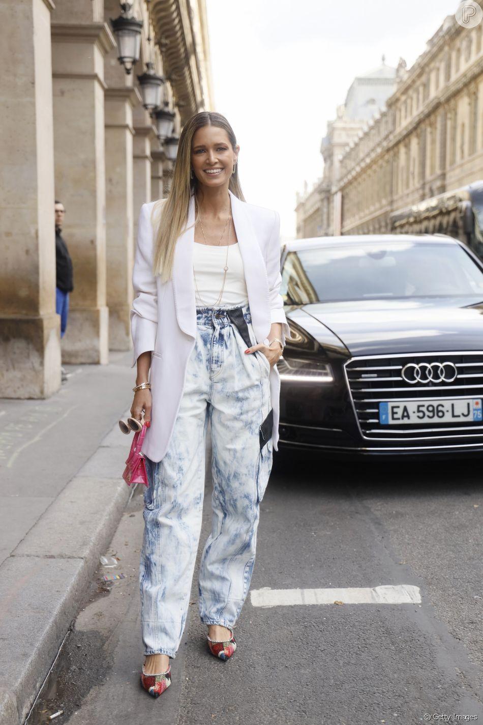 O acid jeans voltou como tendência e deixa os looks de verão masi claros e leves