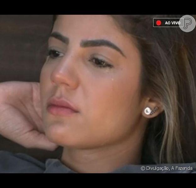 Em 'A Fazenda', Hariany Almeida chora após beijos em Lucas Viana