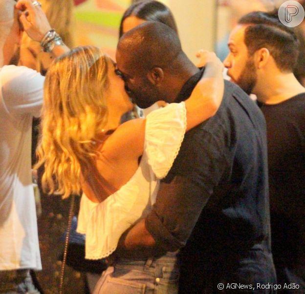 Rafael Zulu troca beijos com a musa fitnessAline Becker