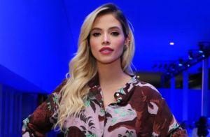 Fluido e estampado: Carol Dias usa look trend em desfile de moda. Inspire-se!