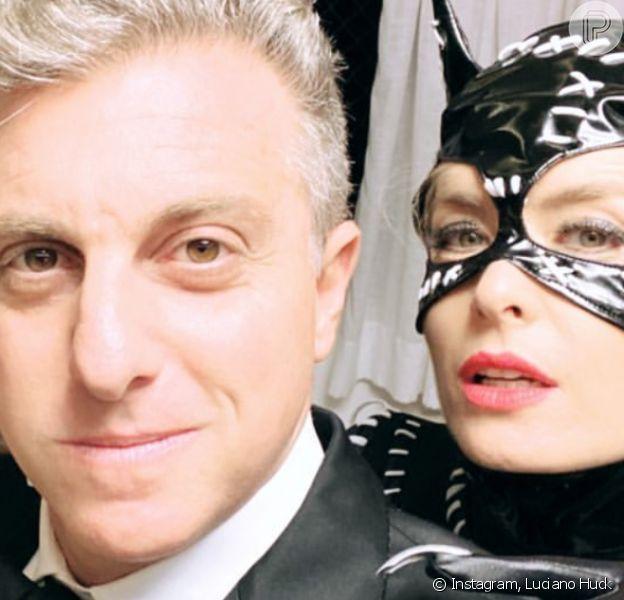 Angélica e Carolina Dieckmann combinaram fantasia de Mulher-Gato para aniversário do produtor Léo Fuchs. 'Se multiplicaram', brincou Luciano Huck