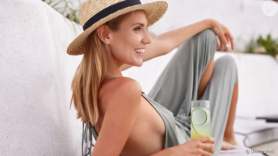 O chapéu de palha de aba grande e redonda é elegante para passeios pós-praia