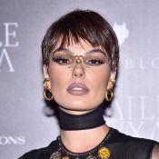 Isis Valverde aposta em peruca pixie e joia no nariz para Baile da Bruxa