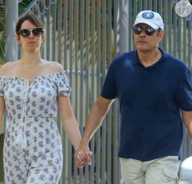 William Bonner e a mulher, Natasha Dantas, passeiam de mãos dadas pela Zona Sul do Rio de Janeiro, em 2 de novembro de 2019