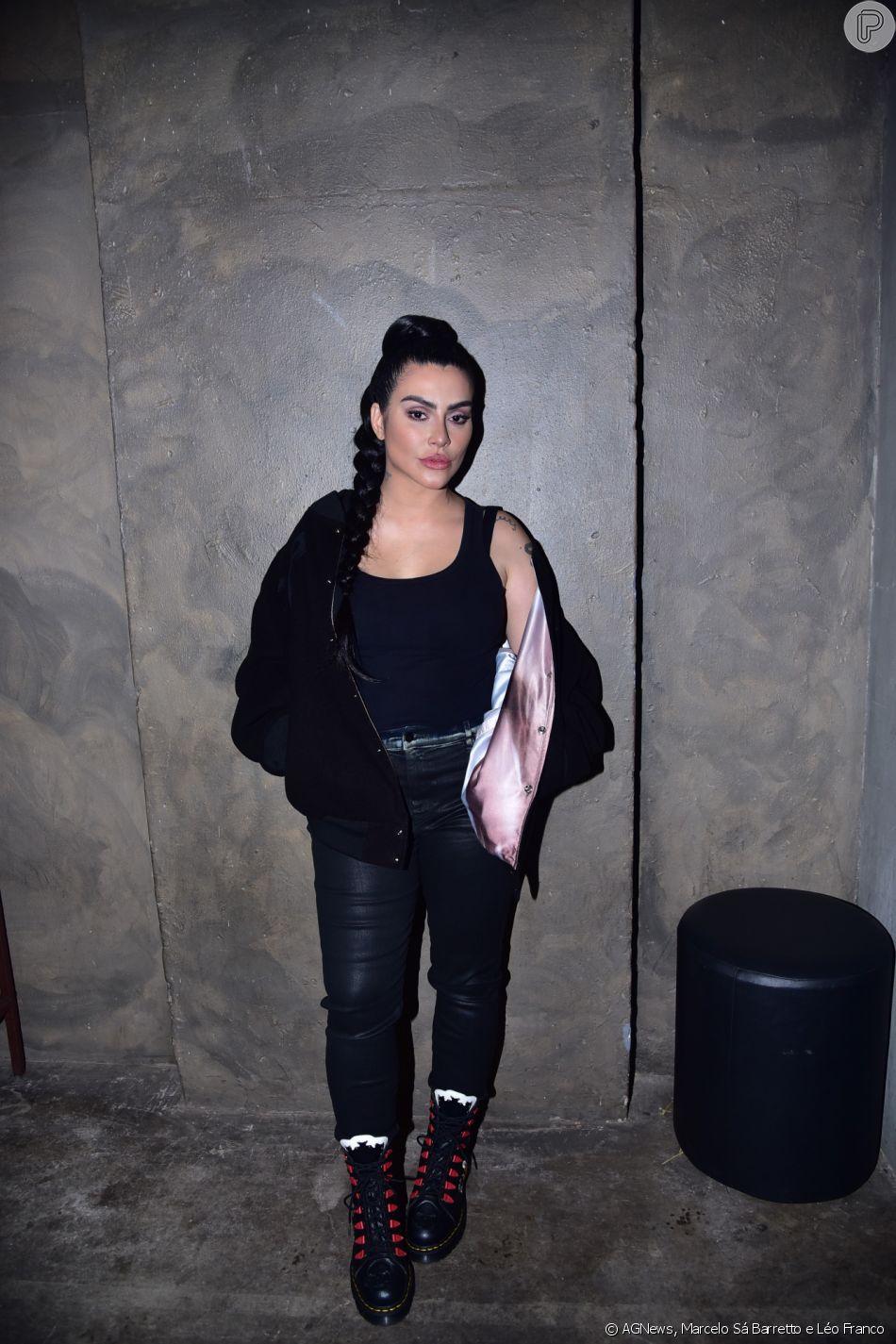 Cleo usou casaco de moletom, jeans da Diesel Brasil e coturno Dr. Martens
