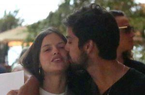 Agatha Moreira ganha carinho do namorado, Rodrigo Simas, em dia de compras.Fotos