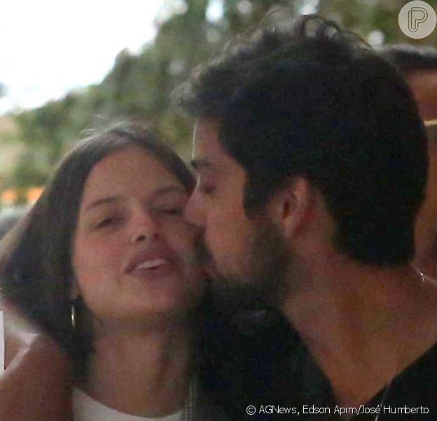 Agatha Moreira ganhou carinho do namorado, Rodrigo Simas, durante dia de compras em shoppings do Rio de Janeiro nesta sexta-feira, 8 de novembro de 2019